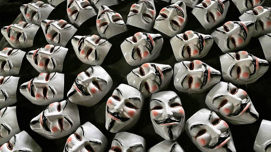 Máscaras de Guy Fawkes, usada por muitos manifestantes em protestos ao redor do mundo e na recente onda de manifestações no Brasil, em uma linha de montagem da fábrica em São Gonçalo, perto do Rio de Janeiro