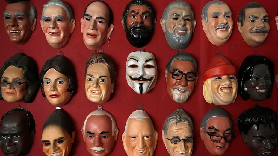 A máscara de Guy Fawkes (C), usado por muitos manifestantes em protestos ao redor do mundo e na recente onda de manifestações no Brasil, pendurado em uma parede ao lado de várias outras máscaras de políticos brasileiros, em uma fábrica em São Gonçalo, perto do Rio de Janeiro