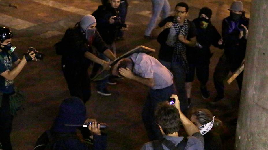Capitão da Policia Militar é espancado por manifestantes durante protestos na Avenida 23 de Maio - 25/10/2013