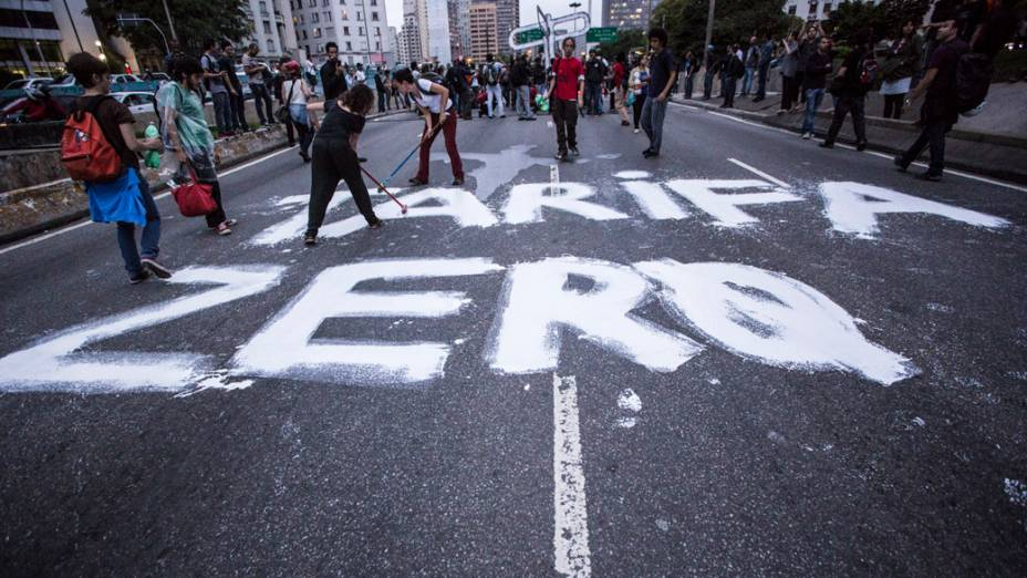 Manifestantes pintam as ruas próximas aoTerminal Pq. Dom Pedro II, na região central de São Paulo, durante manifestação da Semana Nacional de Luta pela Tarifa Zero - 25/10/2013