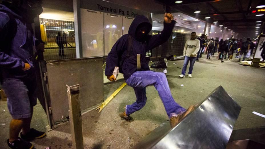 Manifestantes depredaram ônibus, caixas eletrônicos e catracas em invasão ao Terminal Pq. Dom Pedro II, na região central de São Paulo, durante manifestação da Semana Nacional de Luta pela Tarifa Zero - 25/10/2013