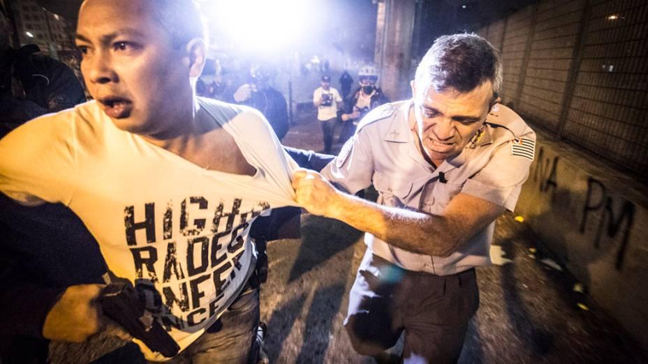 Coronel da polícia militar recebe ajuda apóscriminosos travestidos de manifestantes o agredirem e roubaremsua arma,no Terminal Pq. Dom Pedro II, na região central de São Paulo, durante manifestação da Semana Nacional de Luta pela Tarifa Zero - 25/10/2013