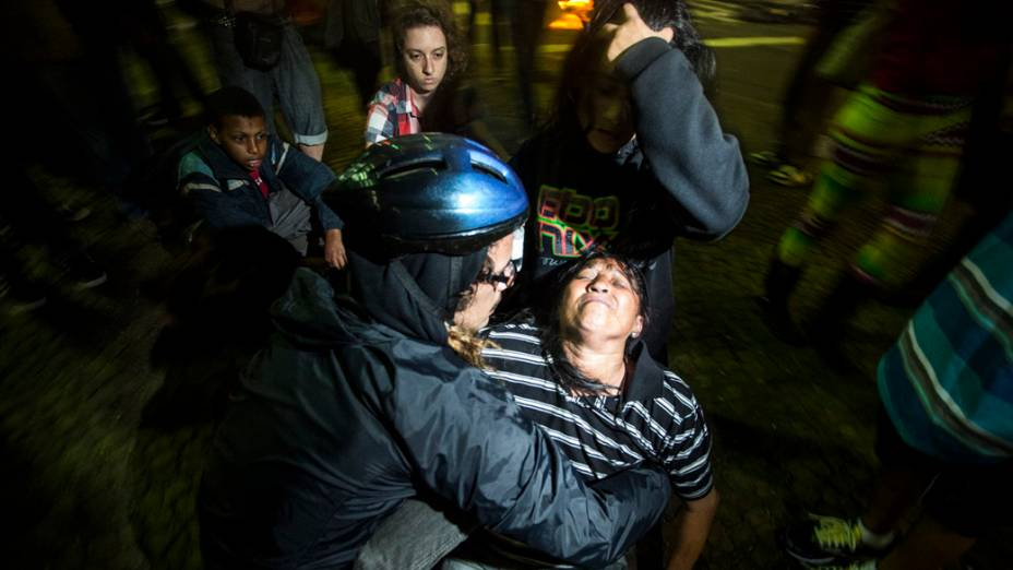 Pessoas passam mal durante confronto entre a policía e manifestantes,no Terminal Pq. Dom Pedro II, na região central de São Paulo, durante manifestação da Semana Nacional de Luta pela Tarifa Zero - 25/10/2013