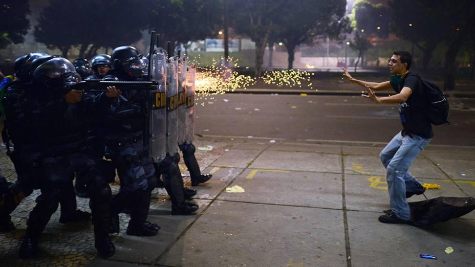 Manifestante diante de um batalhão da tropa de choque durante manifestações no centro do Rio de Janeiro na quinta-feira (20)