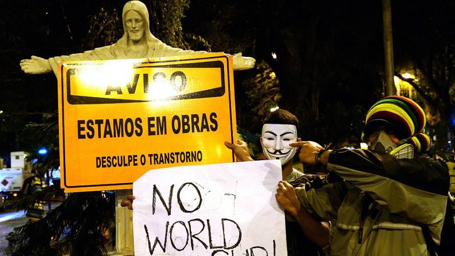 Manifestante segura um cartaz escrtio: Não Copa do Mundo, durante um protesto contra o governador do Rio de Janeiro, Sergio Cabral, na frente de sua residência no bairro do Leblon, no Rio de Janeiro