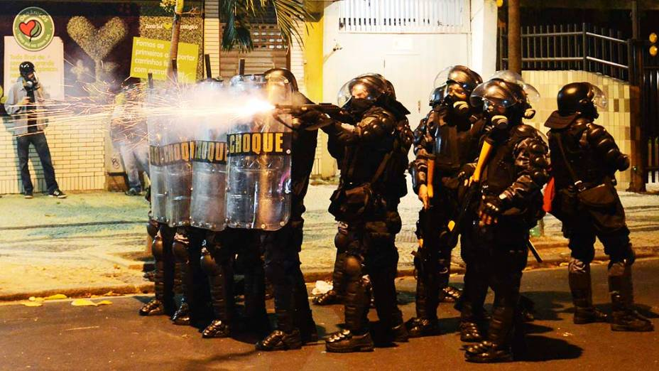 Policiais jogam bombas de gás lacrimogêneo contra manifestantes durante um protesto contra o governador do Rio de Janeiro, Sergio Cabral, próximo de sua residência, no Rio de Janeiro
