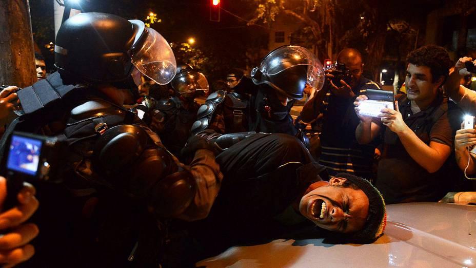 Manifestante é detido pela polícia de choque, durante um protesto contra o governador do Rio de Janeiro, Sergio Cabral, na frente de sua residência no bairro do Leblon, no Rio de Janeiro
