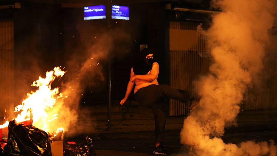 Manifestante faz uma fogueira com lixos durante um protesto contra o governador do Rio de Janeiro, Sergio Cabral, na frente de sua residência no bairro do Leblon, no Rio de Janeiro