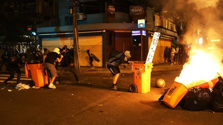 Manifestantes enfrentam a polícia durante um protesto contra o governador do Rio de Janeiro, Sergio Cabral, na frente de sua residência no bairro do Leblon, no Rio de Janeiro