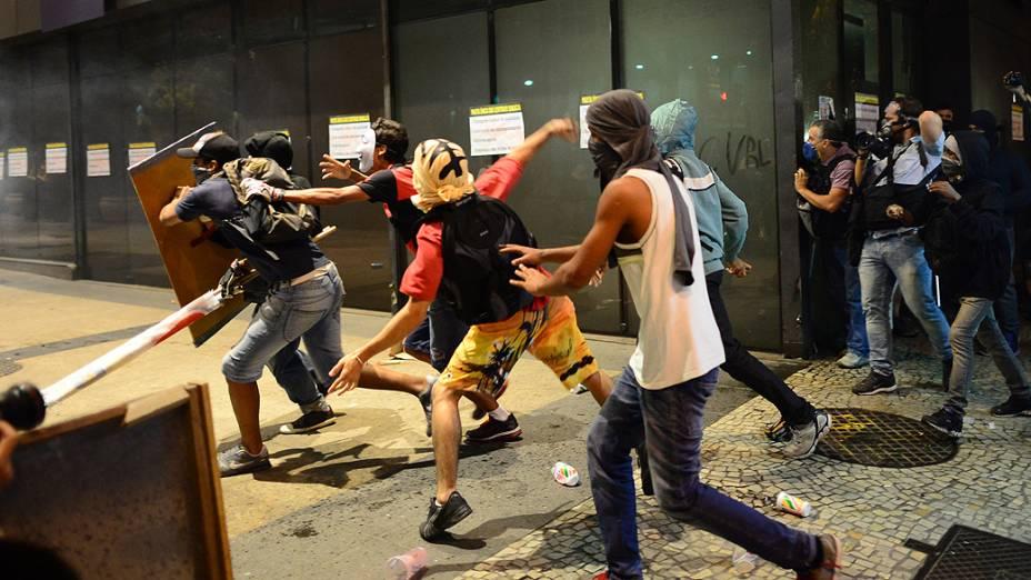 Rio de Janeiro -  Um grupo de manifestantes entrou em confronto com a polícia durantes os protestos nesta quinta-feira (11)