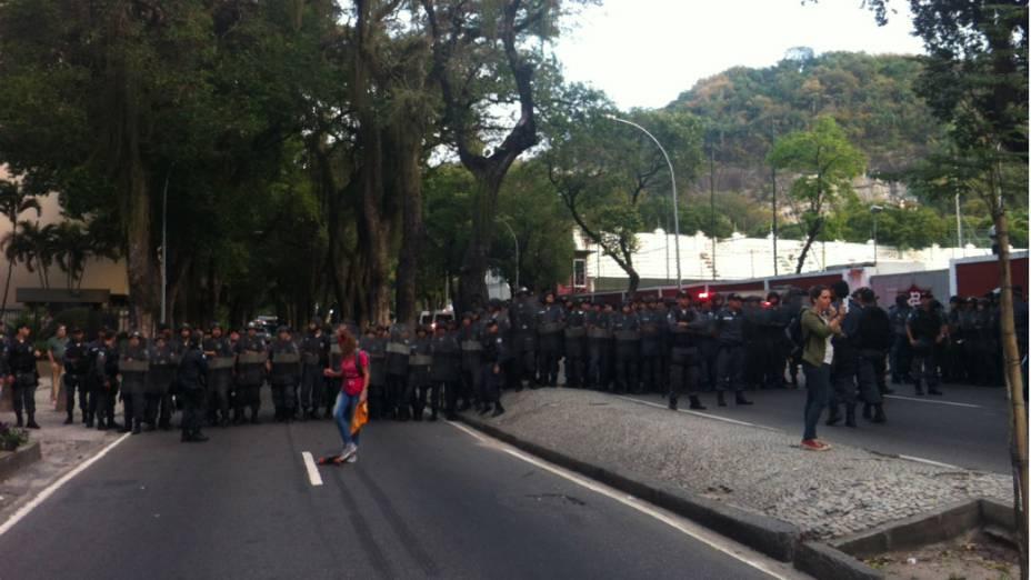 Rio de Janeiro - Polícia monta barreira para impedir a aproximação de manifestantes ao Palácio Guanabara, sede do governo do estado