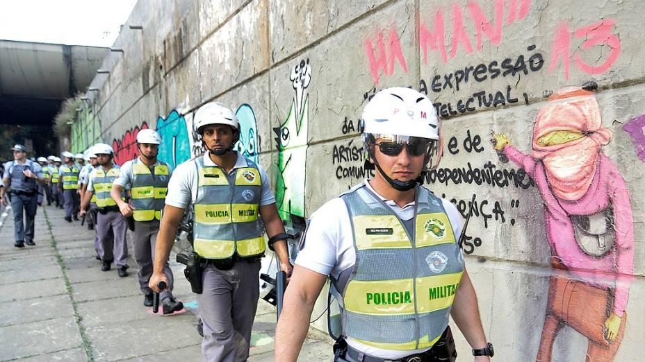 São Paulo - Policiais caminham na avenida 23 de Maio durante protesto do grupo Black Bloc