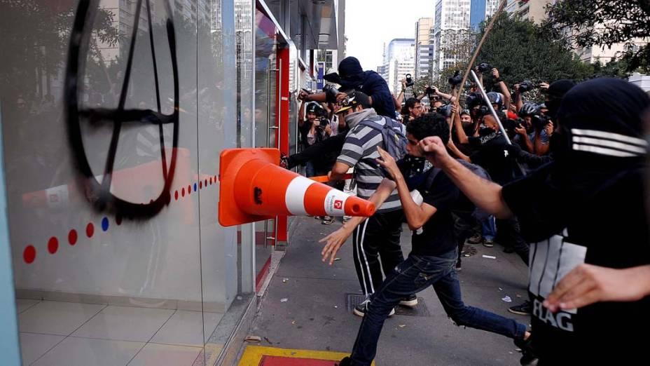 São Paulo - Manifestantes depredaram agências bancárias durante protesto na avenida Paulista