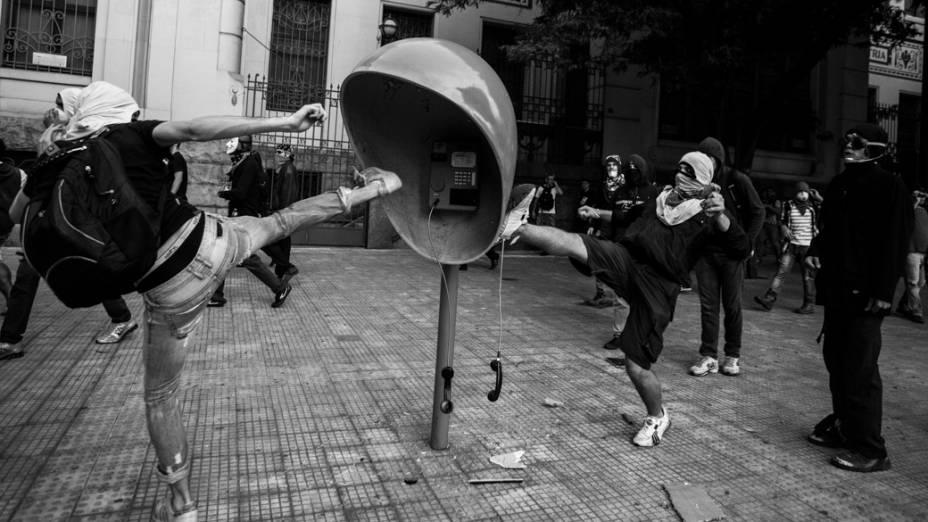 São Paulo - Integrantes do movimento Black Bloc deixaram um rastro de depredação durante protesto no centro da cidade