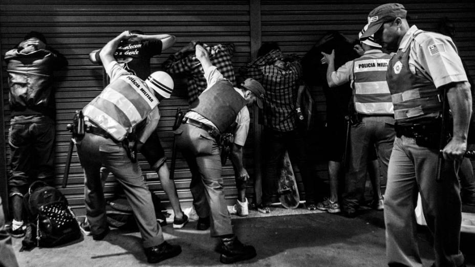 São Paulo - Manifestantes foram detidos pela polícia na avenida Paulista