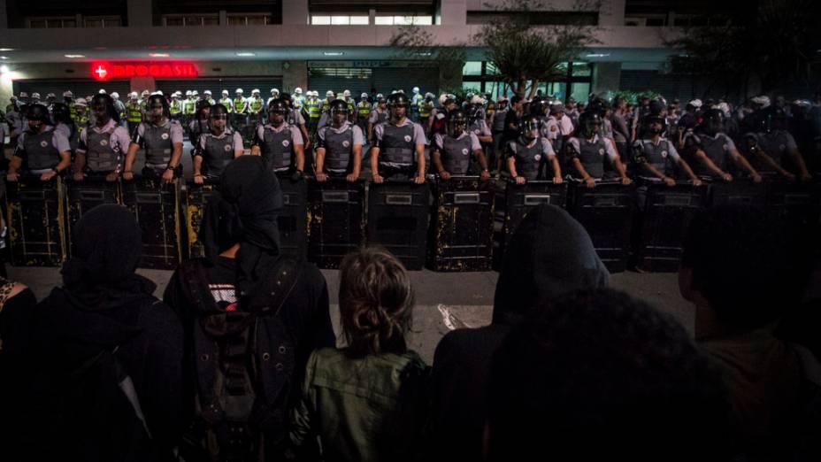 São Paulo - Polícia usou bombas de efeito moral, gás de pimenta e força para dispersar a manifestação no centro da cidade