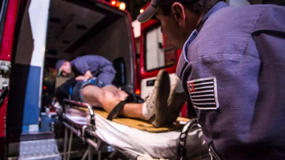 São Paulo - Uma mulher ferida é levada para ambulância durante confronto entre manifestantes e a polícia na avenida Paulista