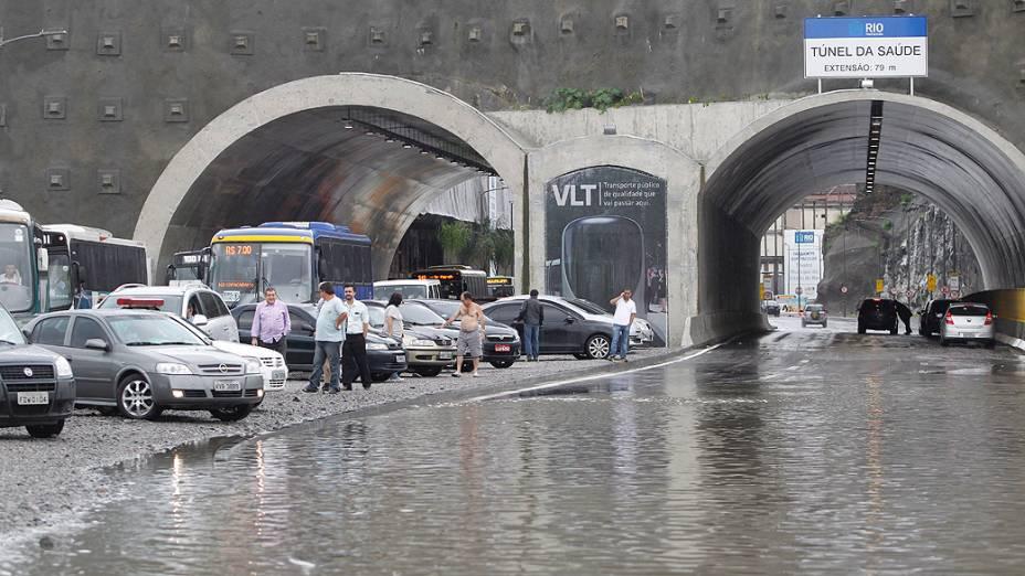 Chuva deixa ruas alagadas no Centro. A Via Binário ficou alagada na altura da Cidade do Samba
