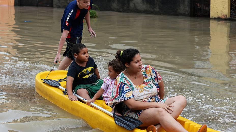 Família é resgatada em uma rua inundada no subúrbio do Rio de Janeiro nesta quarta-feira (11)