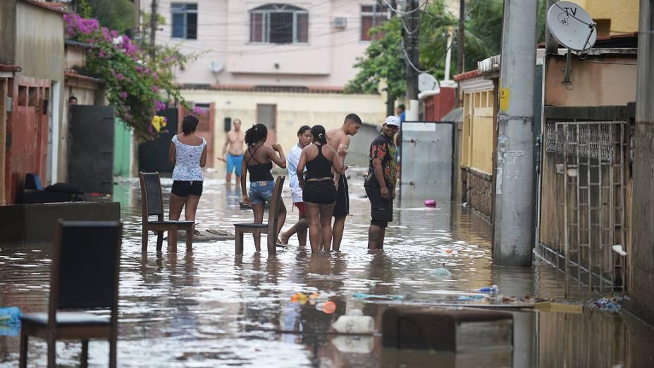 Chuvas torrenciais que caem desde à madrugada inundaram ruas do subúrbio do Rio de Janeiro nesta quarta-feira (11)