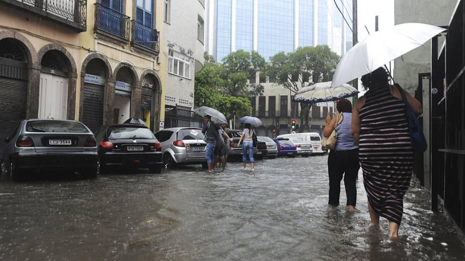 O município do Rio entrou em estágio de alerta, o segundo mais grave em uma escala de quatro níveis, devido à chuva que atinge a cidade
