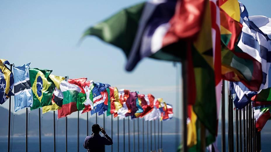 Bandeiras de países participantes da Rio+20 tremulam no Forte de Copacabana, na capital do Rio de Janeiro
