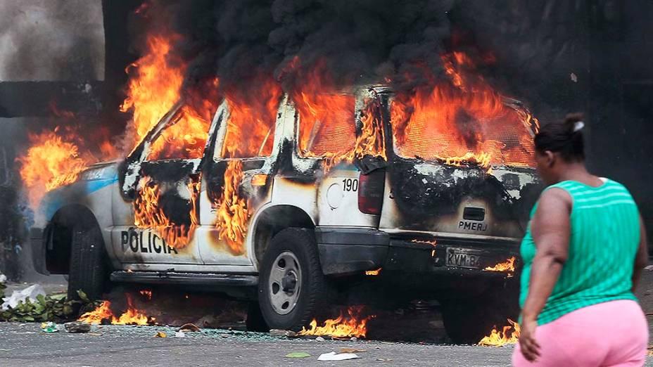Manifestantes incendeiam ônibus, carros e entram em confronto com a polícia durante reintegração de posse de terreno no Engenho Novo no Rio de Janeiro, RJ, na manhã desta sexta-feira (11)