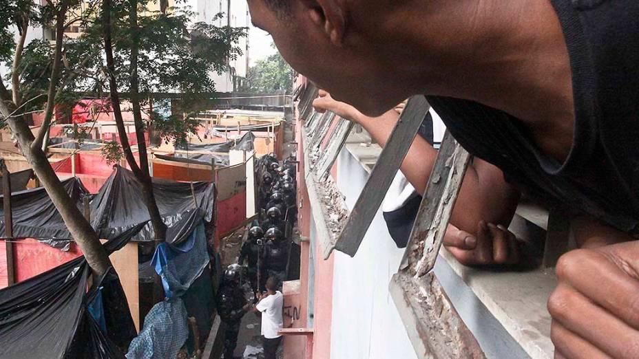 Policiais militares comandam a desocupação do prédio da Telemar, no Engenho Novo, Rio de Janeiro
