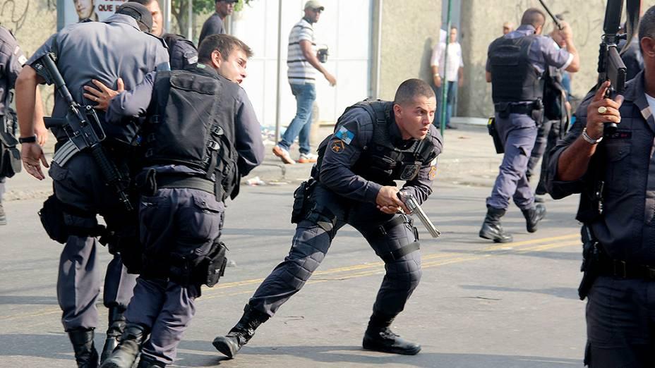 Policiais militares entram em confronto com manifestantes durante protesto contra desocupação do prédio da Telemar, no Engenho Novo, Rio de Janeiro