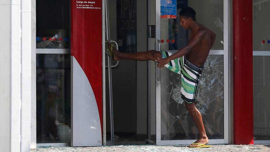 Agência bancária é destruída durante reintegração de posse do terreno da empresa de telefonia Oi, situado no Engenho Novo, Zona Norte do Rio