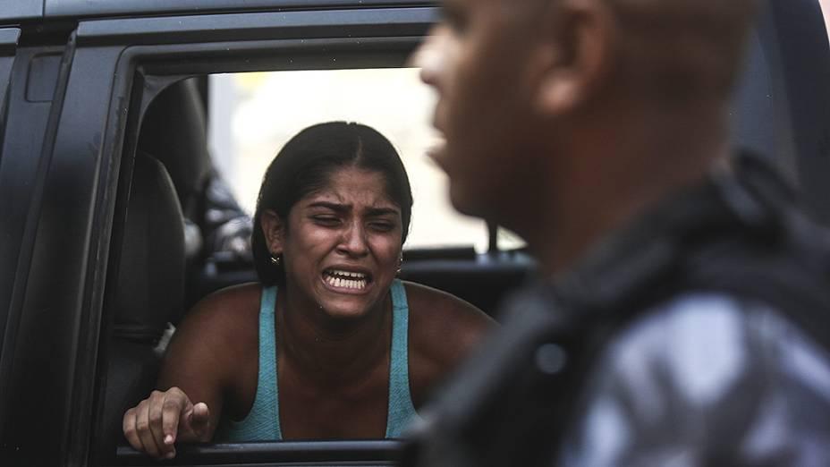 Mulher é presa durante reintegração de posse do terreno da empresa de telefonia Oi, situado no Engenho Novo, Zona Norte do Rio