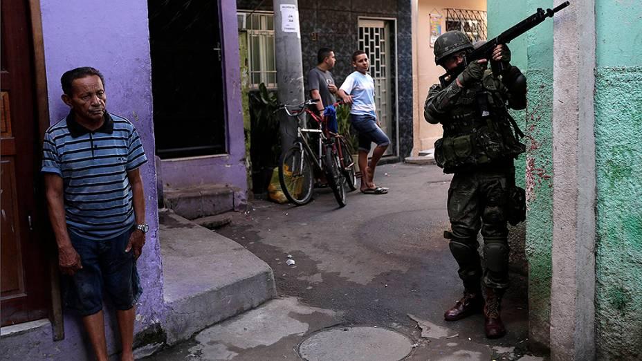 Soldado realiza patrulha no complexo de favelas da Maré no Rio de Janeiro