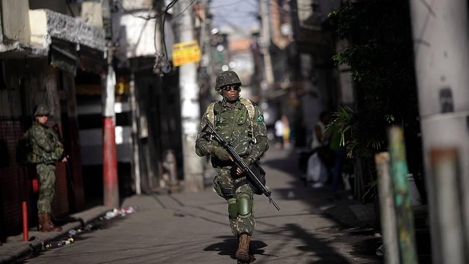 Tropas das Forças Armadas ocuparam pontos estratégicos do complexo de favelas da Maré no Rio de Janeiro