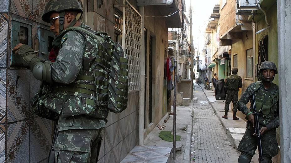 As tropas da Marinha e do Exército substituíram o efetivo da polícia que ocuparam pontos estratégicos do complexo de favelas da Maré no Rio de Janeiro