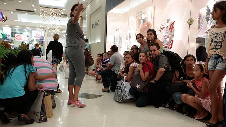 Clientes tentam fugir da confusão no Shopping Interlagos