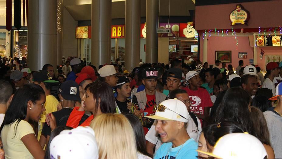 Cerca de 150 jovens fizeram o Rolezinho no Shopping na praça de alimentação do Mauá Plaza Shopping