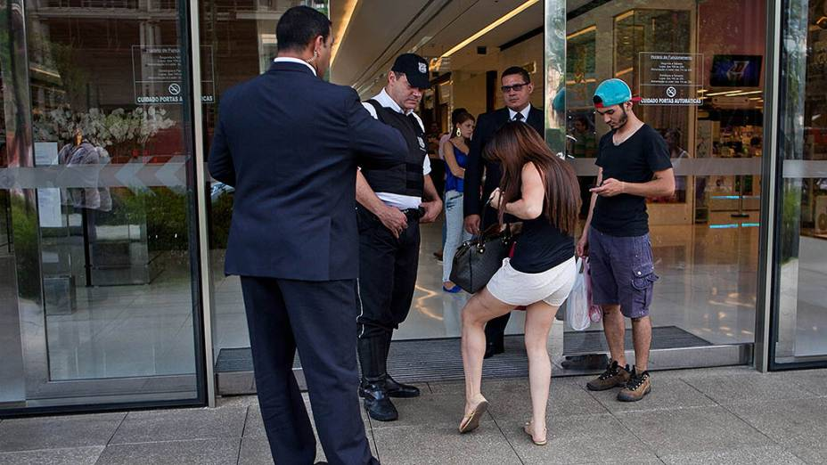 Seguranças fiscalizam a entrada do Shopping JK Iguatemi