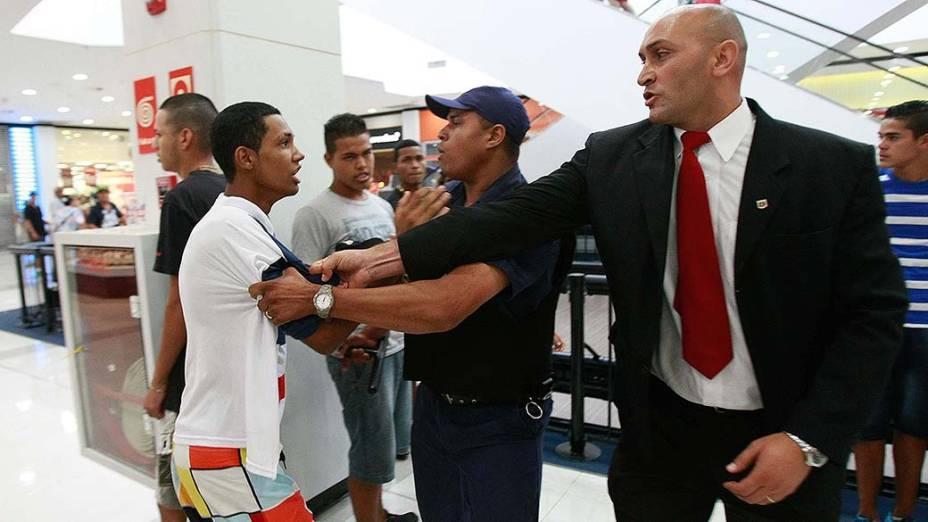 Seguranças tentam controlar rolezinho no Shopping Metrô Itaquera - (11/01/2014)
