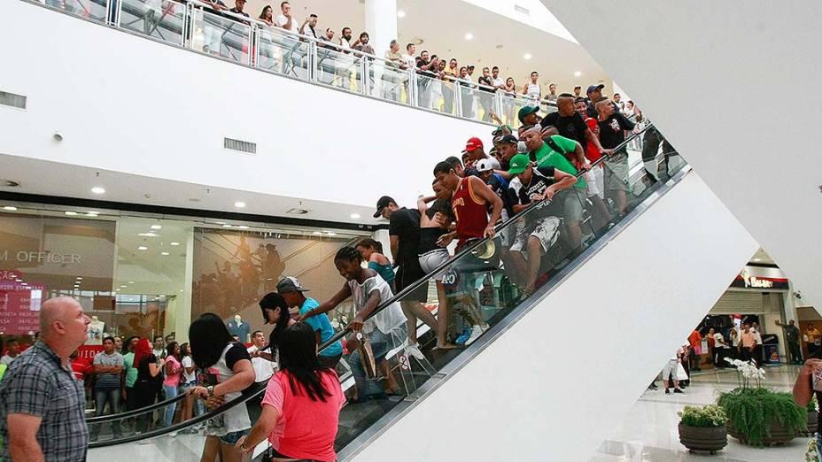 Jovens barram escada rolante do Shopping Metrô Itaquera durante rolezinho - (11/01/2014)