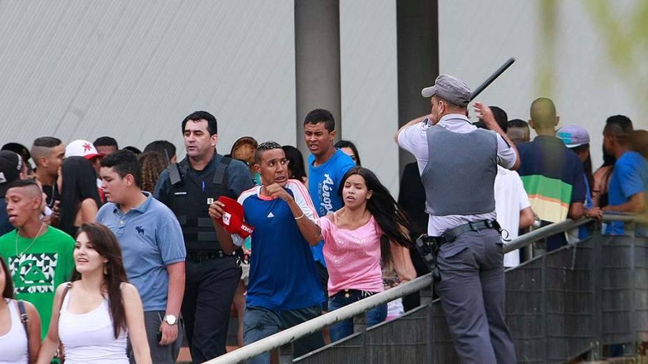 Policiais repreendem rolezinho no Shopping Metrô Itaquera
