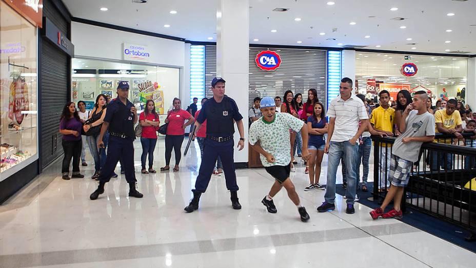 Jovens organizam rolezinho no Shopping Metrô Itaquera