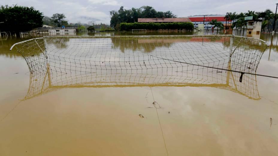 Campo de futebol alagado durante a manhã desta segunda-feira (23), no bairro de Fortaleza na cidade de Blumenau, em Santa Catarina