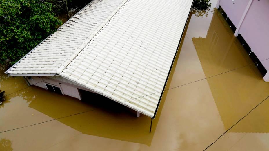 Casas da cidade de Rio do Sul foram tomadas pela água, após o rio Itajaí-Açu alcançar o nível de 10,51m acima do leito devido as fortes chuva que atingiram Santa Catarina