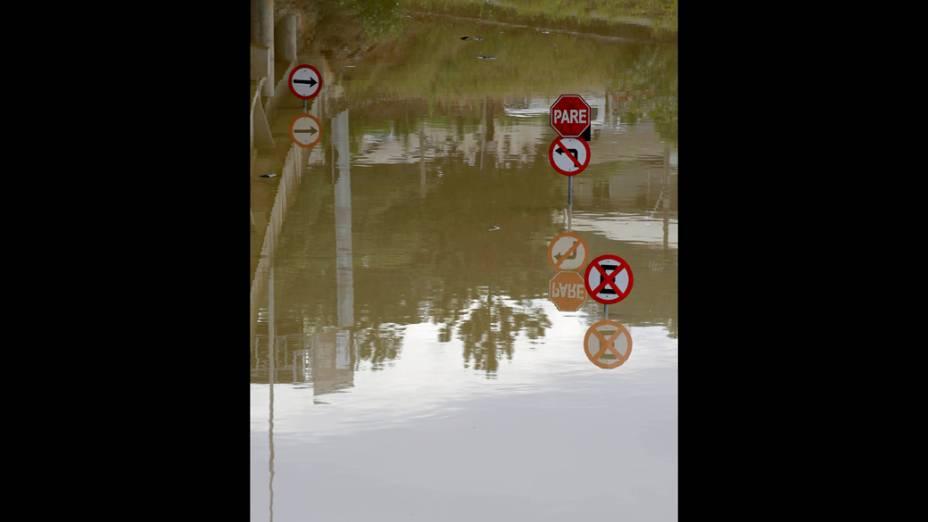 Placas de sinalização foram encobertas pela água na cidade de Rio do Sul, após o rio Itajaí-Açu alcançar o nível de 10,51m acima do leito devido as fortes chuva que atingiram Santa Catarina