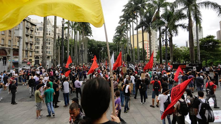 Manifestantes durante a Marcha Antifascista na Praça da Sé, em São Paulo