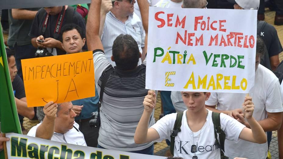 Manifestantes pedem a intervenção militar no Brasil