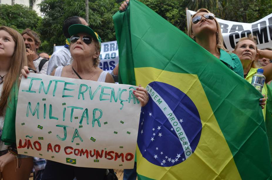 Bandeiras do Brasil e da cor azul - uma contraposição ao vermelho-comunista, segundo os organizadores — são hasteadas