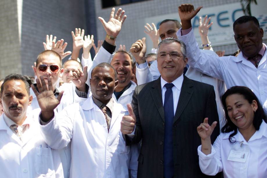 O ex-ministro da Saúde Alexandre Padilha após uma conferência para médicos estrangeiros na Universidade de Brasília - (26/08/2013)