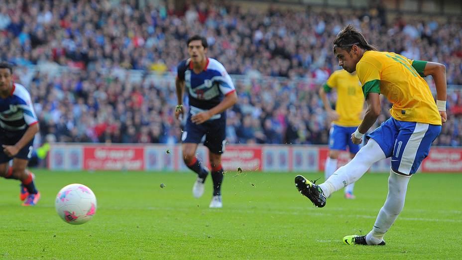 Neymar marca de pênalti no amistoso entre Brasil e Grã-Bretanha, no estádio Riverside, em Middlesbrough, na Inglaterra
