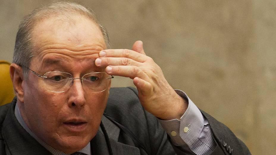 O ministro Celso de Mello em sessão do Supremo Tribunal Federal (STF), em Brasília, onde os ministros concluem o debate que decide se 12 dos 25 condenados por envolvimento no mensalão terão direito a novo julgamento